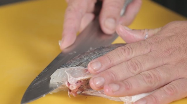 sfilettare il pesce - 8 sfilettate lambendo la spina