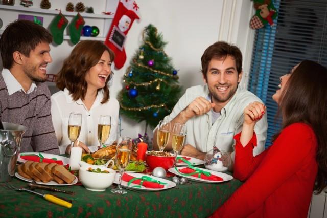 cena tra amici durante le feste