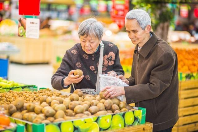 anziani al supermercato