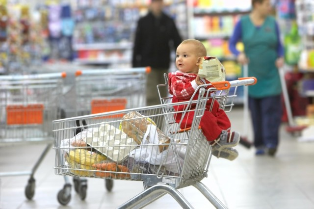 bambino al supermercato