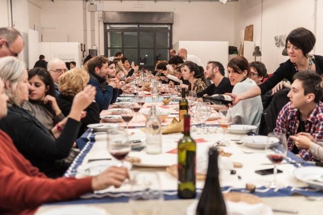 Il tavolo delle cene clandestine a Roma