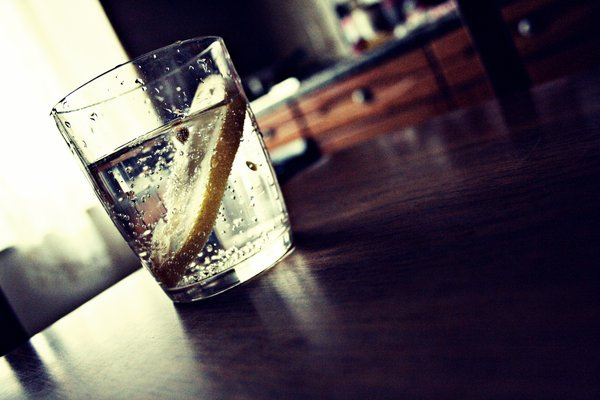 Bevanda detox al limone e zenzero per bruciare i grassi
