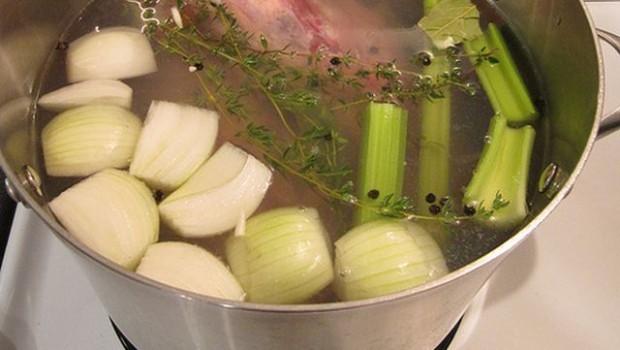 Brodo di carne: la ricetta facile e veloce con il Bimby