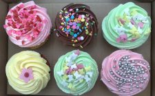 Ecco i cupcakes al cioccolato con glassa colorata