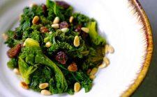 Insalata di cavolo verza, pinoli ed uvetta: la ricetta light e gustosa