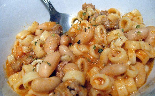 Ecco la pasta ai fagioli e salsiccia con la ricetta della tradizione