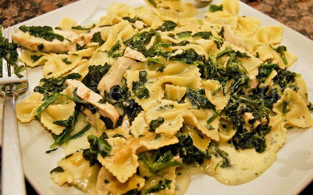 Ecco la pasta con spinaci e mozzarella per un primo gustoso