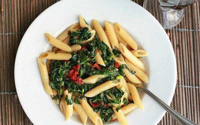 Pasta integrale con cavolo verza e pomodori secchi: la ricetta light e sfiziosa