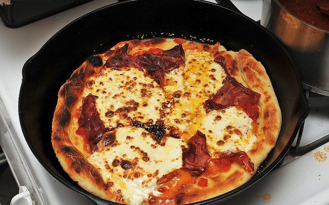 La pizza in padella da fare con la ricetta facile e veloce