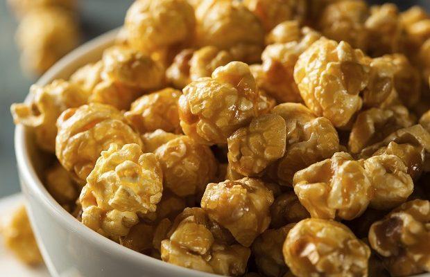 I pop corn al caramello da fare con la ricetta per la merenda