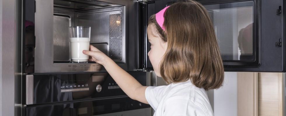 10 cose da non mettere mai nel microonde