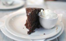 La torta di albumi al cioccolato da servire agli ospiti
