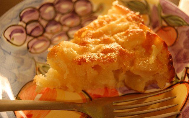 La torta alle noci e mele senza uova con la ricetta veloce