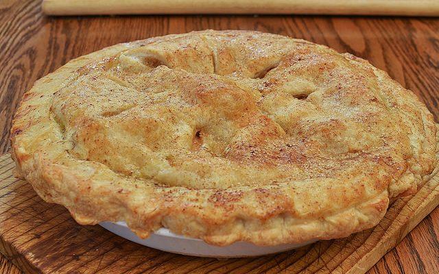 La torta ripiena di mele con la ricetta semplice