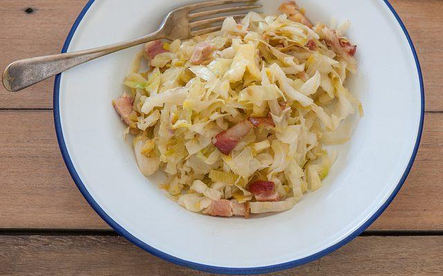 Ecco la verza in padella con pancetta con la ricetta facile