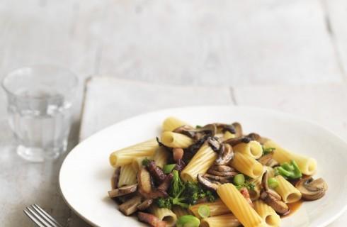 Pasta con broccoli, pancetta e funghi