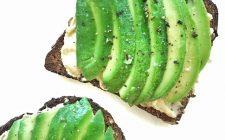 Crostini con formaggio e avocado: la ricetta per un antipasto light