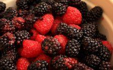 Torta di noci e frutti di bosco: la ricetta golosa e senza glutine