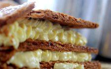 La millefoglie con crema al cioccolato bianco per il dessert di fine pasto