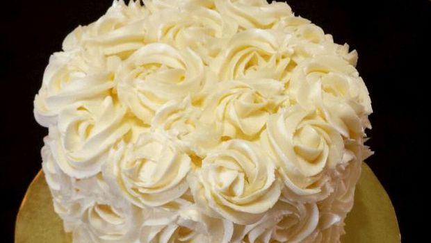 Come realizzare una torta decorata con rose di panna ...