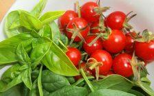 Come preparare gli spinaci al pomodoro per un contorno gustoso