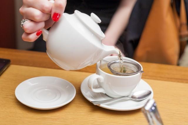 versare il tè