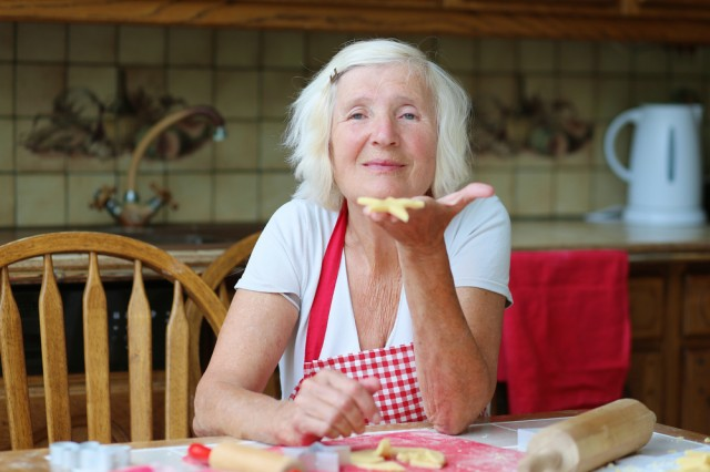 Nonna felice che cucina