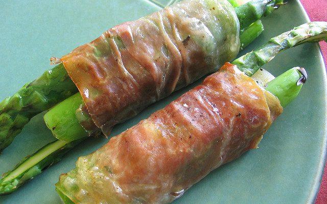 Gli asparagi con speck al forno perfetti per l'antipasto