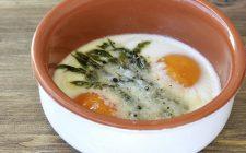 Gli asparagi e le uova al forno per una cena sfiziosa