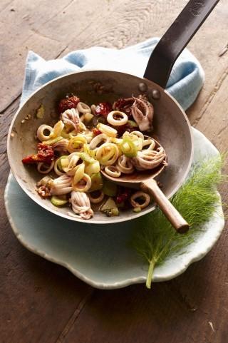 Calamari in padella con pomodori e sedano