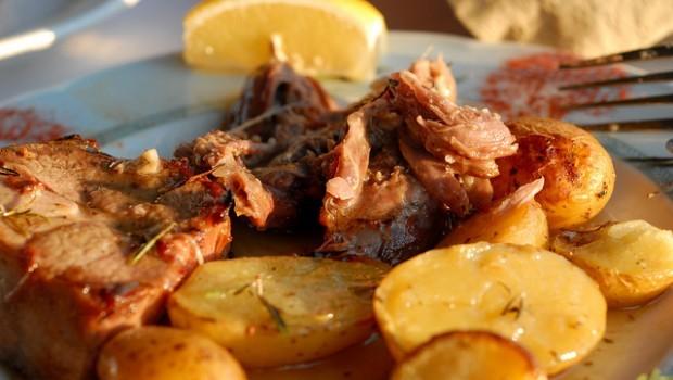 Abbacchio arrosto al forno con le patate: la ricetta gustosa