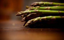 Il contorno di asparagi verdi per rimanere in forma