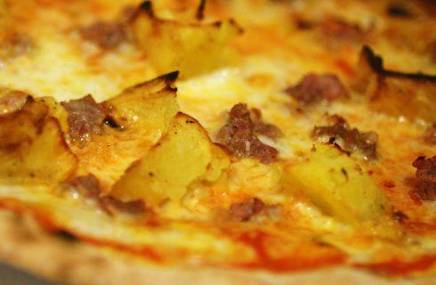 La focaccia con patate e salsiccia per un antipasto rustico