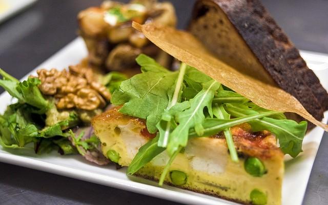 La frittata di ricotta e piselli al forno per un pranzo leggero