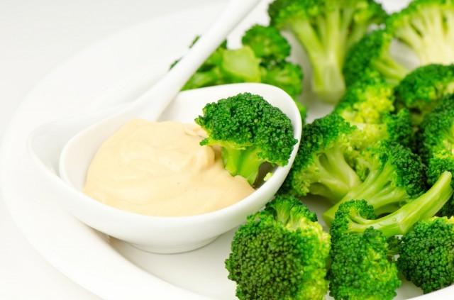 Broccoli e salsa al burro d'arachidi