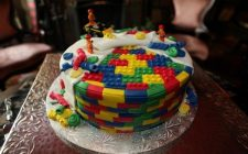 Come si fa la torta a tema LEGO e come decorarla