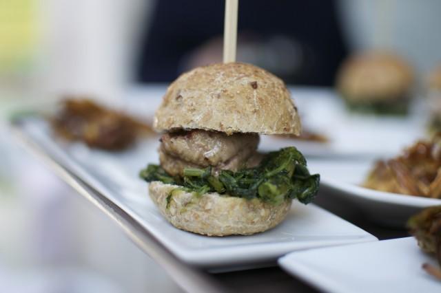 Mini Burger di Abbacchio Romano Igp con pane ai tre cereali, cicorietta e maionese al pecorino con chips e carciofi 3