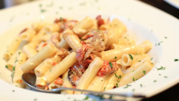 Pasta fredda al salmone e yogurt greco: la ricetta light e saporita