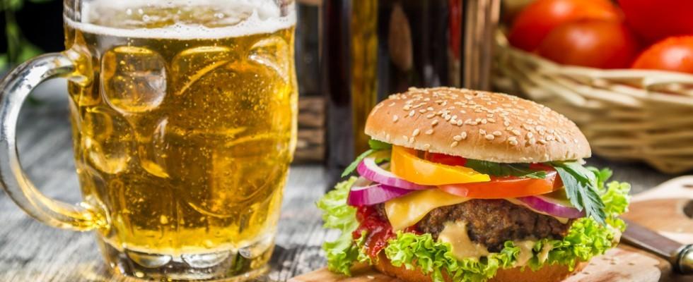 Gli alcolici ci invogliano a mangiare i cibi più calorici