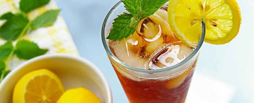 10 idee per rinfrescarsi con il tè freddo aromatizzato
