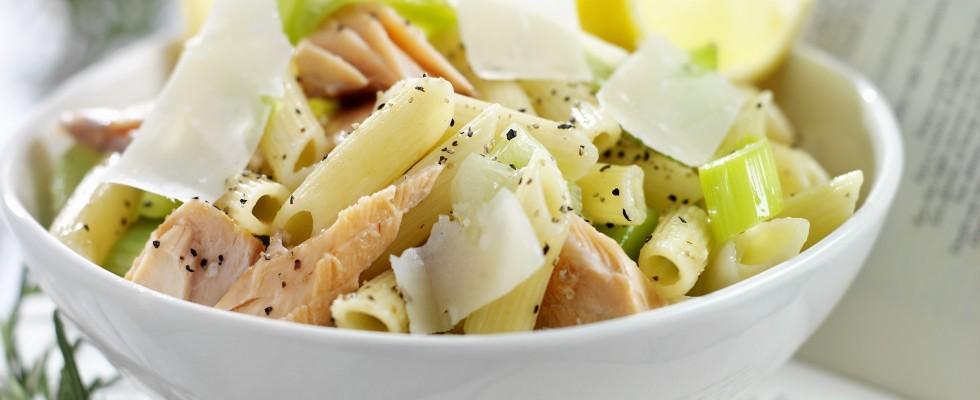 Pasta fredda al salmone con sedano e limone