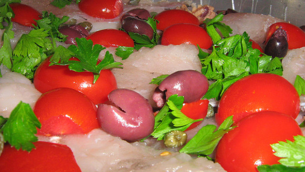 Il baccalà con pomodorini e olive con la video ricetta semplice