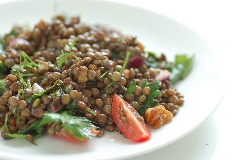 L'insalata fredda di lenticchie perfetta per il pranzo