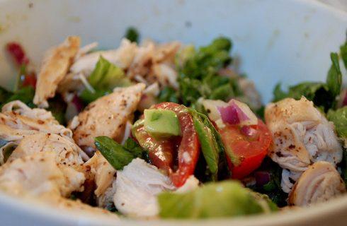 L'insalata fredda di pollo e verdure con la ricetta leggera
