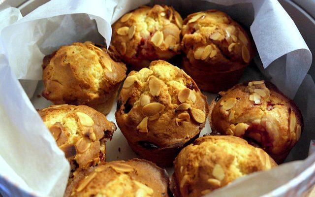 I muffin alle ciliegie e mandorle per la colazione