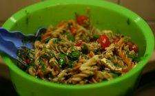 La pasta fredda con verdure crude per un primo sano