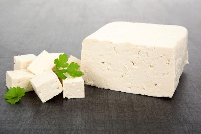 Il tofu, secondo alcuni studi, aiuterebbe ad abbassare il colesterolo del 3%.