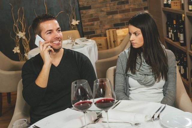 parlare al telefono a tavola