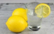 Acqua calda e limone: fa bene o no?