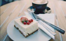 La torta fredda allo yogurt senza panna con la ricetta facile